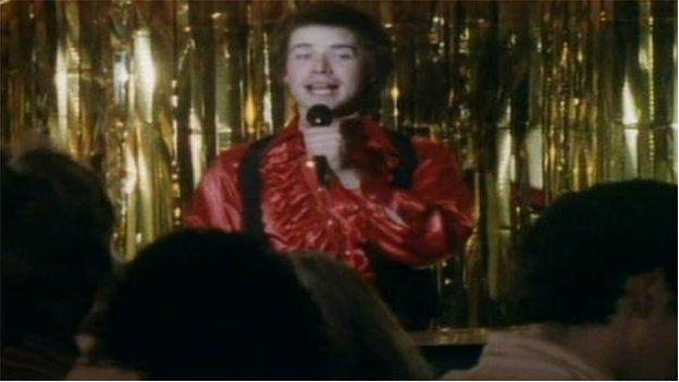 Pwy sy'n chwarae DJ riodas mewn pennod o 'Just Good Friends' yn 1984? Yr actor Stifyn Parri, dyna pwy