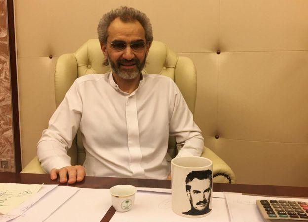 Amiir Al Waliid bin Talaal wuxuu ka mid yahay dadka fara ku tiriska ah ee dunida ugu hodansan, sawirkanna waxaa laga qaaday isagoo ku xiran hotelka Ritz Carlton.