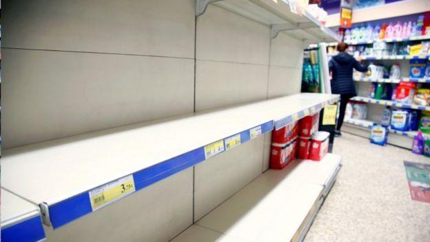 Un estante vacío en una tienda de España