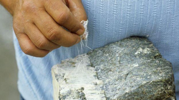 Pedaço de amianto branco