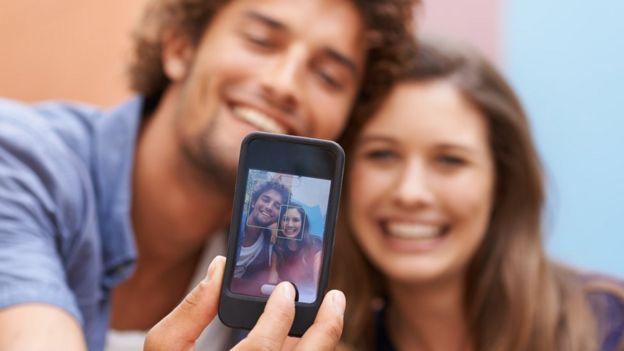 pareja usando iPhone