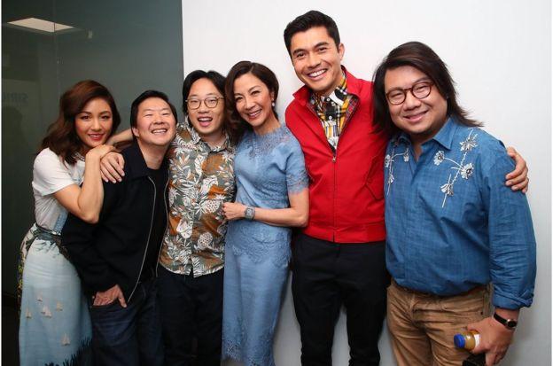 《摘金奇緣》主要演員陣容:華裔女星吳恬敏(Constance Wu)、鄭肯(Ken Jeong)、歐陽萬成(Jimmy O. Yang)、楊紫瓊(Michelle Yeoh)、亨利·戈爾丁(Henry Golding)和關凱文(Kevin Kwan)。