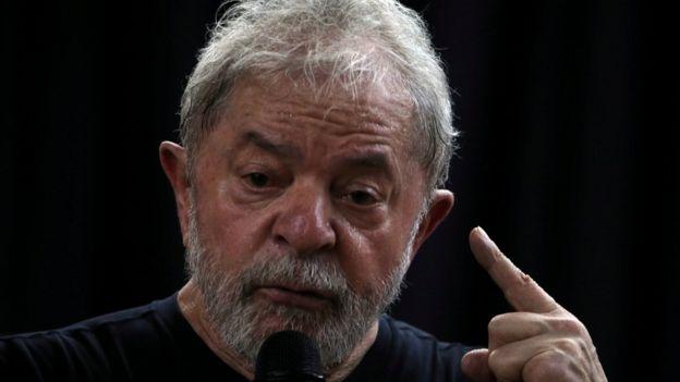 Ex-presidente Lula está preso em Curitiba, mas PT deve lançá-lo candidato a presidente nas eleições