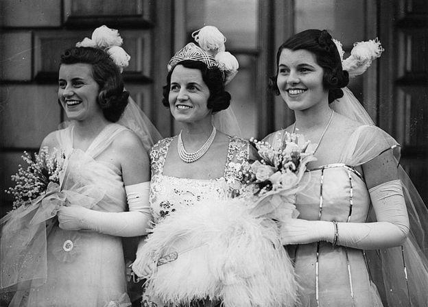 Kathleen e Rosemary saindo do Palácio de Buckingham com a mãe, Rose Kennedy, no meio