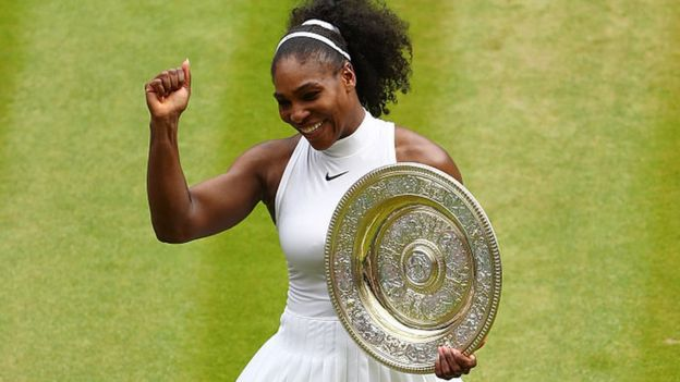 Serena Williams con su trofeo en Wimbledon
