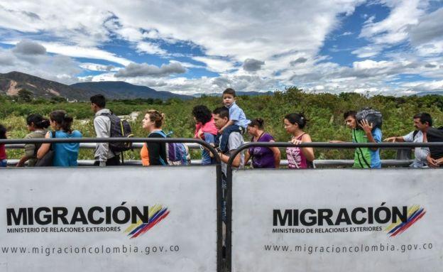Gente cruza el Puente Internacional Simón Bolívar.