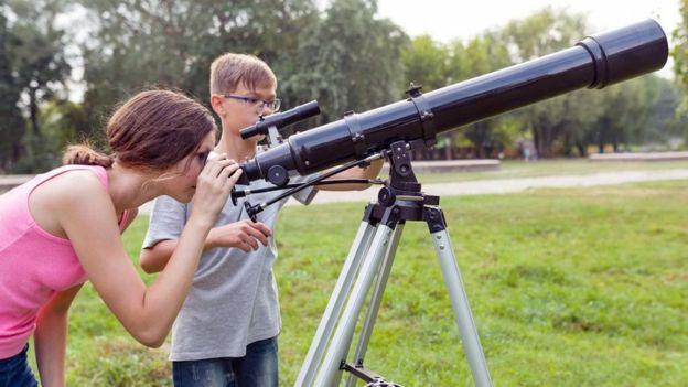 Crianças veem telescópio