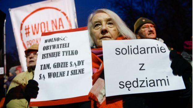 Protestocular yargıçlarla dayanışma pankartları taşıdı