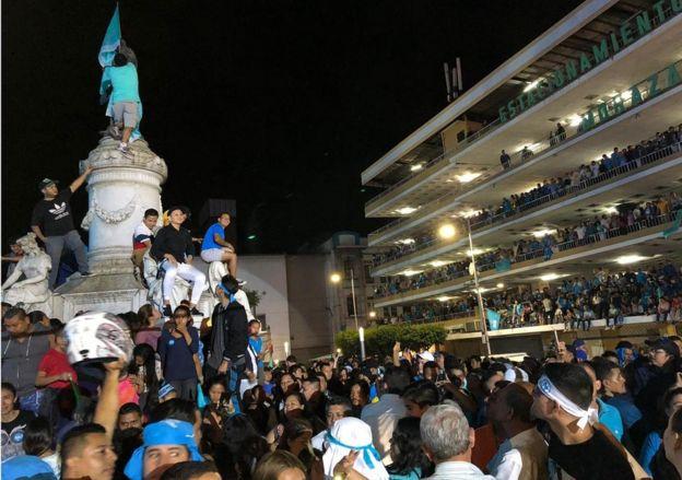 Plaza del centro de San Salvador con seguidores de Bukele celebrando la victoria.