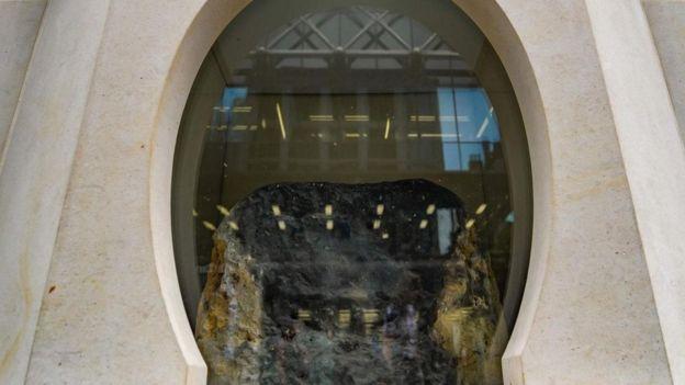 لا يزال الغموض يكتنف أصل حجر لندن، لكن السجلات تشير إلى أنه ظل معلما بارزا للمدينة على مدار مئات السنين