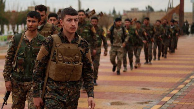 شبهنظامیان نیروهای دموکراتیک سوریه که بسیاریشان کرد هستند و از سوی آمریکا حمایت میشوند