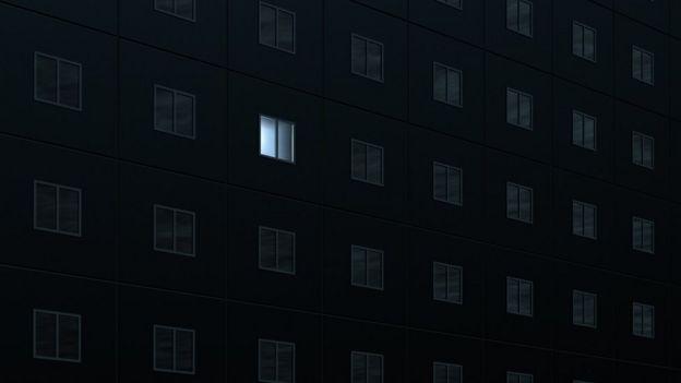Predio com luz acesa