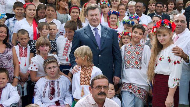 O ex-presidente da Ucrânia é retratado rodeado de crianças que participaram do programa 'Crianças de Chernobyl'