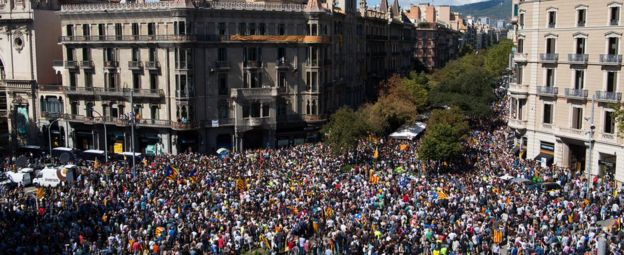 People demonstrate outside the Catalan Vice-President and Economy office as police officers holds a searching operation inside on September 20, 2017 in Barcelona
