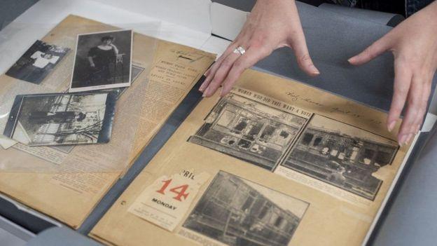 کیتی ماریون، مجموعهای از بریده روزنامهها در باره آتش سوزیهای عمدی را جمع کرده بود، از جمله گزارش بمبگذاریهایی که مسببین آن شناخته نشده بودند