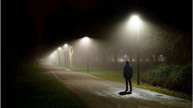 Imagen de un hombre caminando.