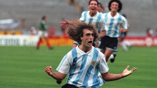 Batistuta celebra uno de sus goles en 1993