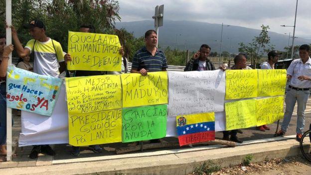Un grupo de personas apostadas frente al centro de acopio de donaciones en Cúcuta apoyaron la llegada de la ayuda humanitaria de EE.UU. y protestaron contra el gobierno de Maduro. Foto: BBC MUNDO / BORIS MIRANDA