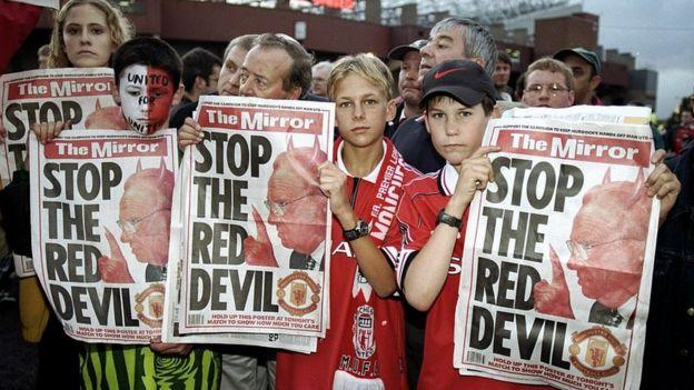 Aficionados de Manchester United manifiestan en contra de Murdoch.