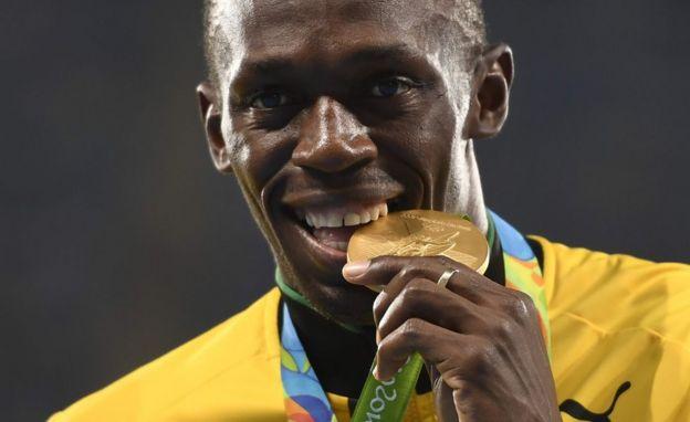 Usain Bolt con la medalla de oro que obtuvo en Río de Janeiro