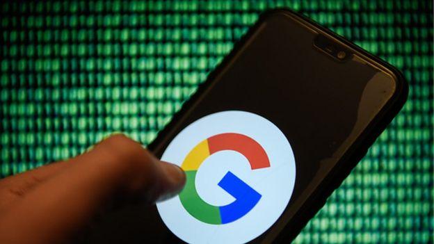 Celular con el logo de Google en la pantalla