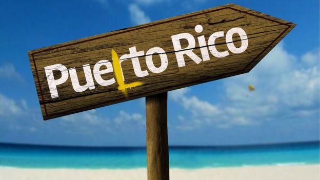 """Cartel que dice """"Puerto Rico"""" vandalizado con una """"L"""" de """"Puelto"""" (Foto: iStock/BBC)"""