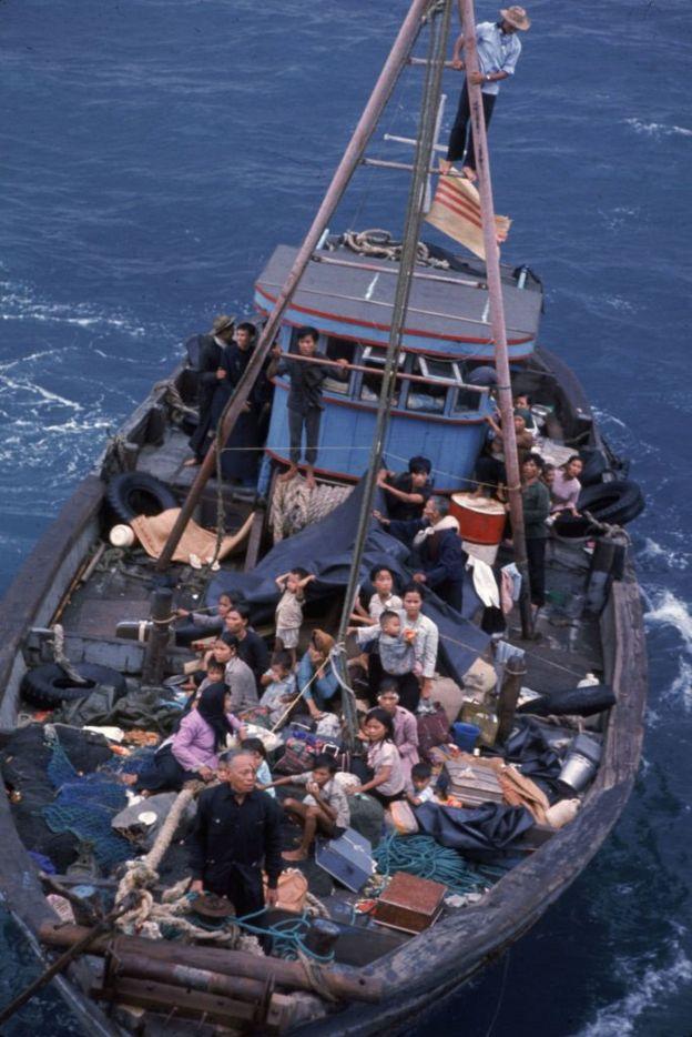 Thuyền nhân lênh đênh trên chiếc tàu vượt biên chờ được vớt tại cửa biển Đông gần Sài Gòn năm 1975 (minh họa)
