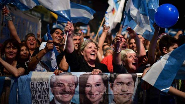 Gente celebra la victoria del Frente de Todos.