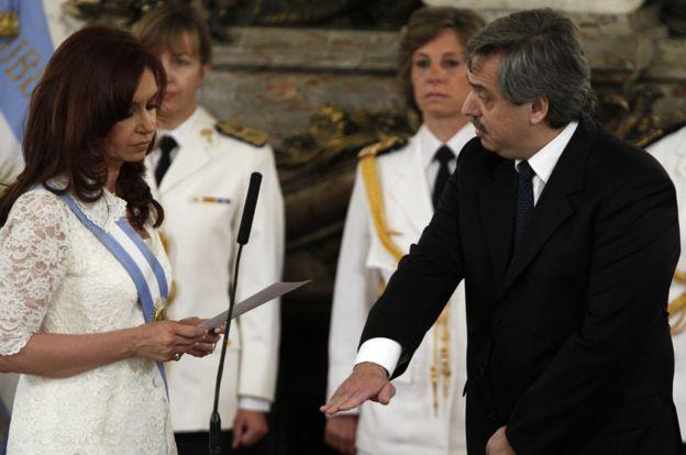 Cristina Fernández de Kirchner le toma juramento a Alberto Fernández