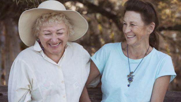 Dos mujeres se ríen