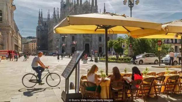Milan nổi tiếng là thành phố kinh doanh và thời trang với các nhà hàng có tiếng.
