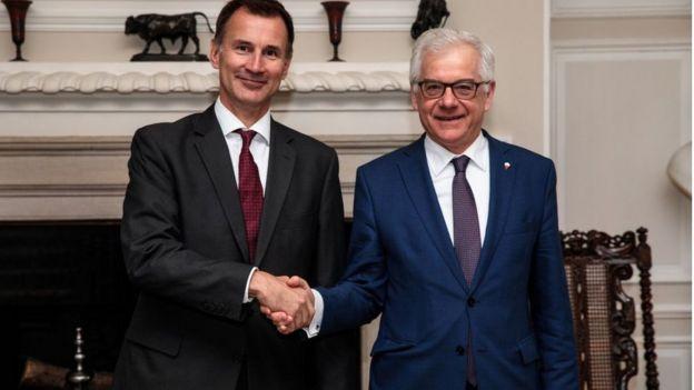 Ngoại trưởng Anh Jeremy Hunt (trái) bắt tay Ngoại trưởng Ba Lan Jacek Czaputowicz tại Chevening House