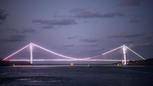 El puente Sultán Yavuz Selim, el tercero sobre el Bósforo,