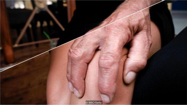 mão masculina em perna feminina