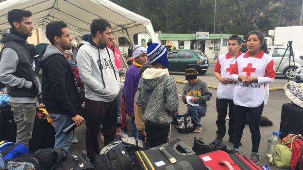 Cruz roja con migrantes venezolanos.