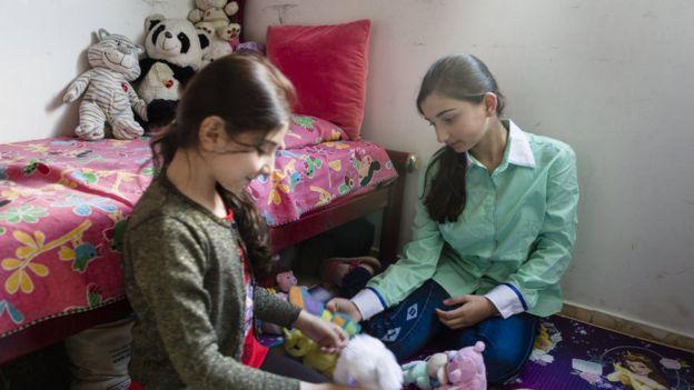 Irmãs Sírias Rahab Youssef e Ritag brincam em sua casa no bairro do Carrão