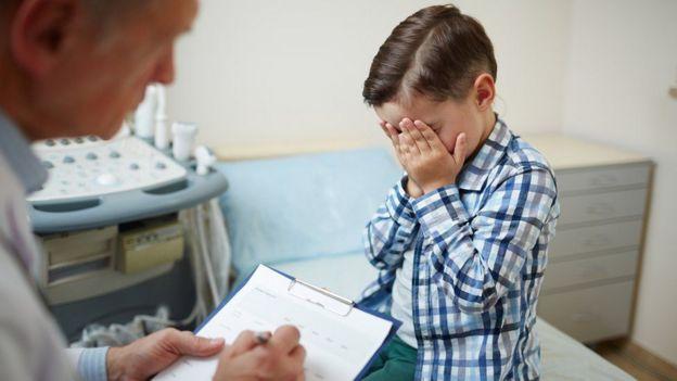 Niño en el médico