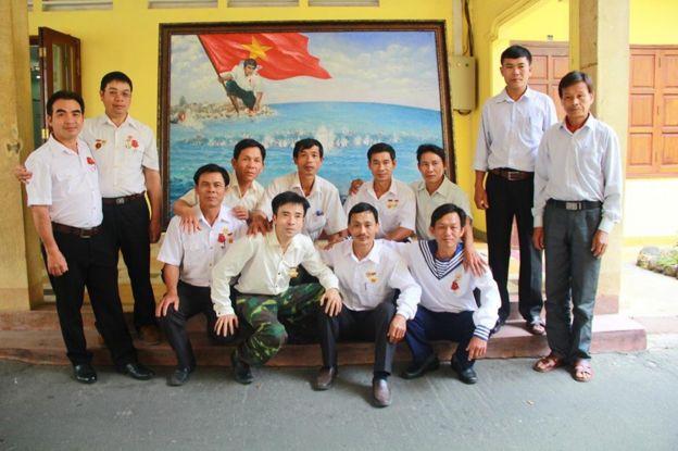 Cựu binh Lê Văn Đông (cầm điện thoại) cùng các đồng đội trong ngày họp mặt tại Sài Gòn