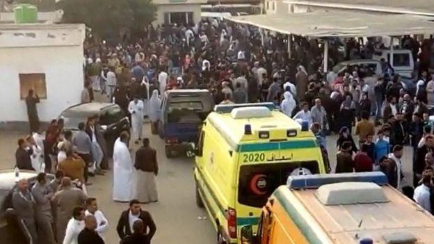 Ambulancias junto al lugar del ataque en Bir al-Abed.