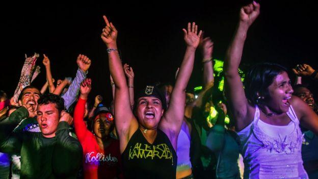 Jóvenes cantando durante la Conferencia de las FARC.