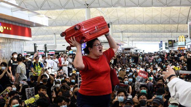 示威者癱瘓機場引發旅客不滿。