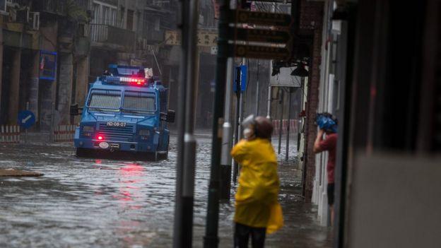 澳門部份地區水浸,水深及膝。