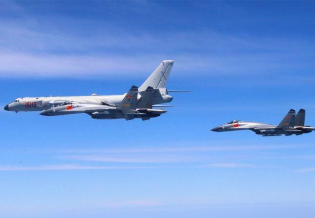 中国空军公布包括携带巡航导弹的轰炸机等多机种编队进行绕台飞行,2018年4月26日资料照片)。