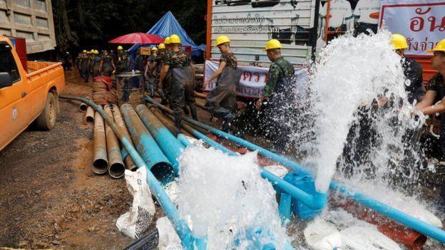 Rescatistas bombeando agua de la cueva