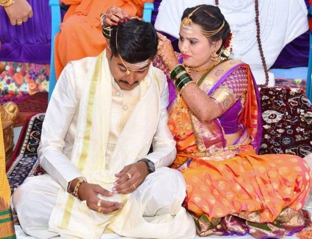 கர்நாடகாவில் மனமனுக்கு திருமாங்கல்யம் கட்டியப் மணப்பெண்