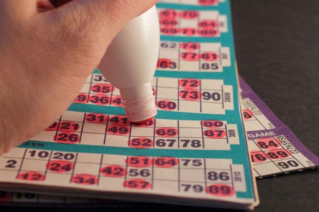 Una persona marcando una tarjeta de bingo con un marcador