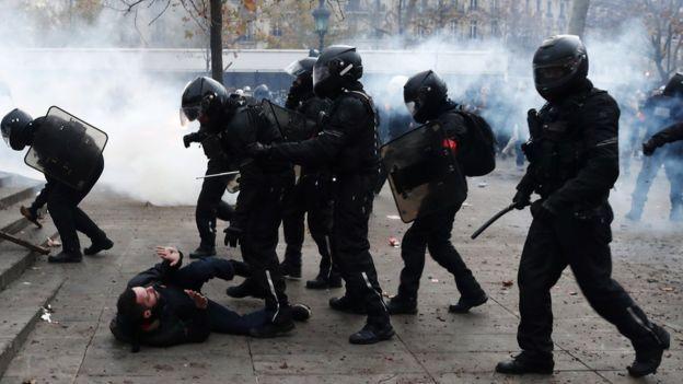 پلیس در بعضی از شهرها با تظاهرکنندگان درگیر شده است