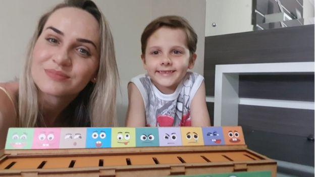 Juli Lanser Mayer e o filho Rafael, diagnosticado com autismo
