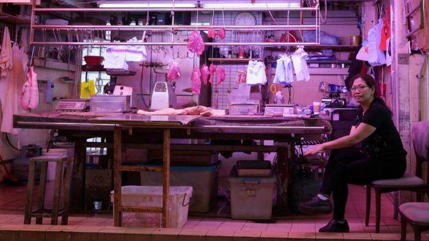 香港西營盤街市內的豬肉檔(中新社圖片13/5/2019)
