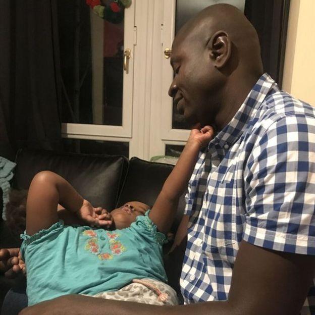 Marieme e Ndeye com seu pai